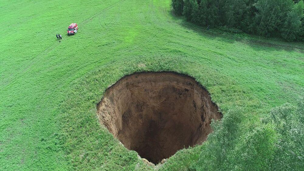 Lej krasowy o szerokości 32 i głębokości 50 metrów w obwodie niżnonowogrodzkim