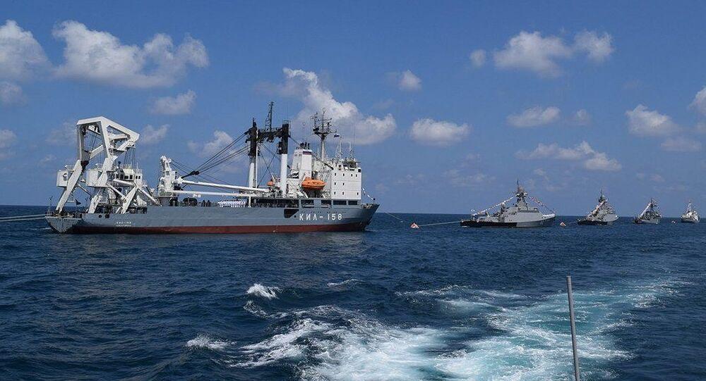 Defilada rosyjskich okrętów na redzie w syryjskim porcie Tartus