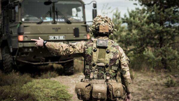 Żołnierz brytyjskiej armii w czasie manewrów wojskowych na Łotwie - Sputnik Polska