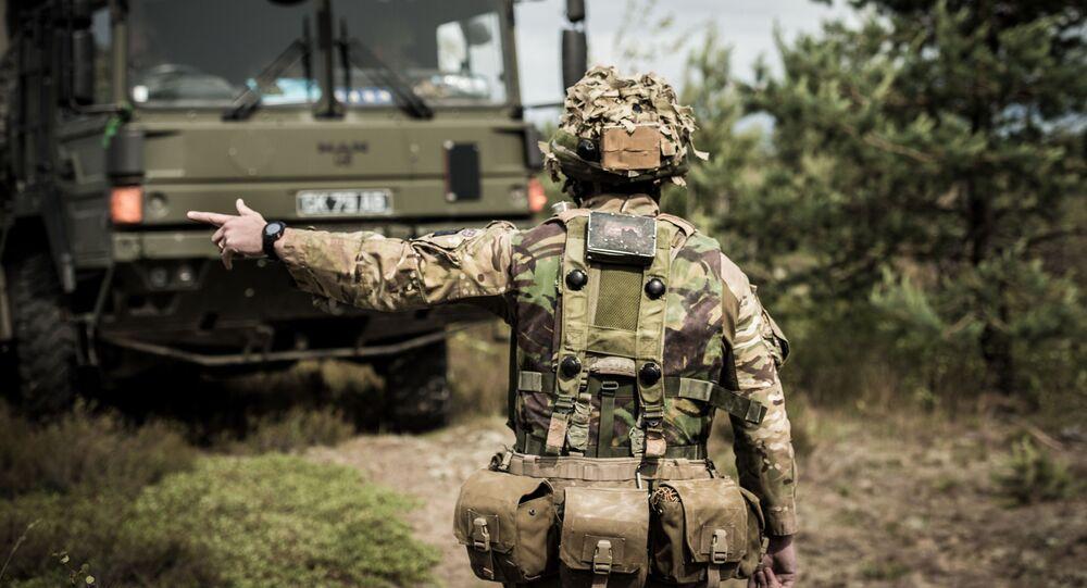 Żołnierz brytyjskiej armii w czasie manewrów wojskowych na Łotwie