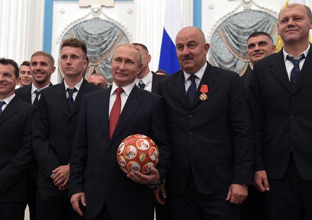 Prezydent Rosji Władimir Putin i główny trener reprezentacji Rosji Stanisław Czerczesow na uroczystości wręczenia nagród na Kremlu