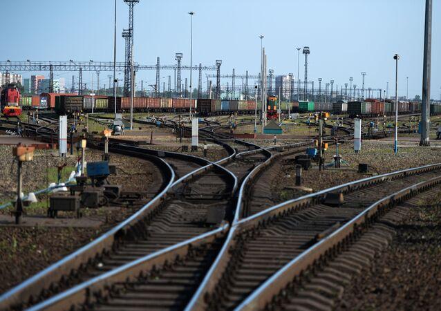 Pociąg towarowy na stacji w Kraju Ałtajskim