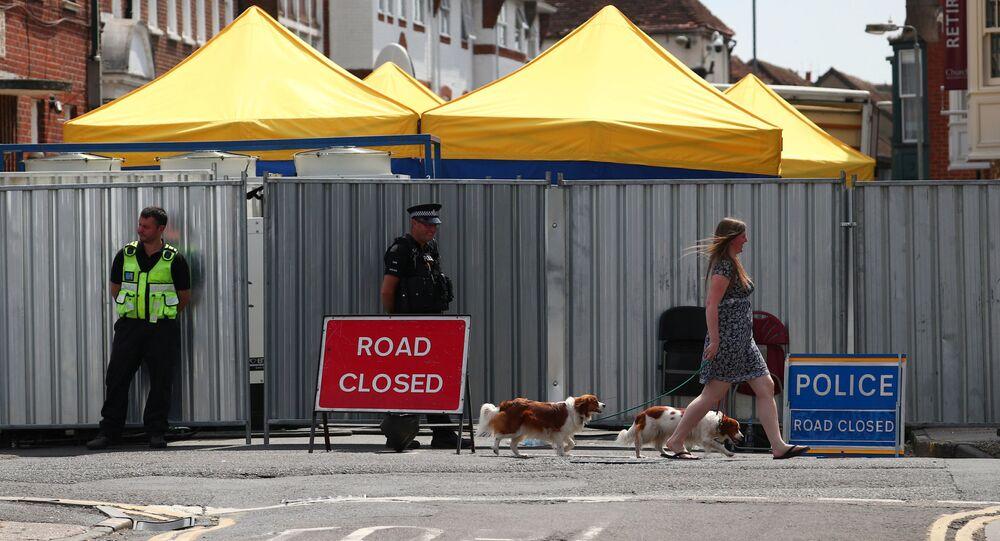 Policja przy zamkniętej ulicy, na której mieszkała Brytyjka Dawn Sturgess