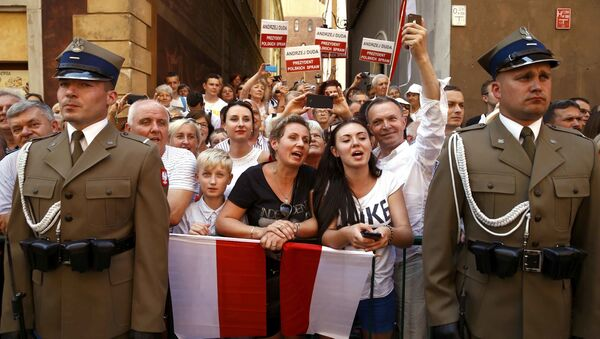Ludzie witają nowego prezydenta Polski Andrzeja Dudę i jego żonę Agatę Kornhauser-Dudę na ulicach Starego Miasta w Warszawie - Sputnik Polska