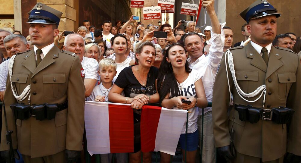 Ludzie witają nowego prezydenta Polski Andrzeja Dudę i jego żonę Agatę Kornhauser-Dudę na ulicach Starego Miasta w Warszawie