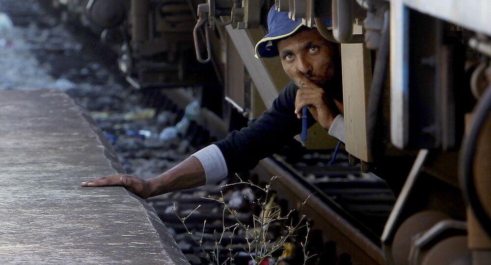 Nielegalnyn imigrant ukrywa się pod kołami pociągu w Macedonii