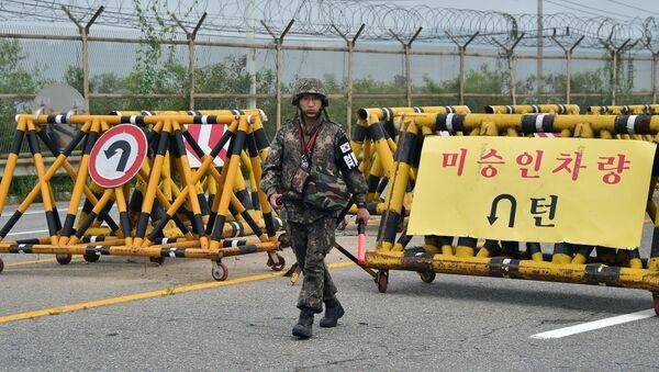 Południowokoreański żołnierz na punkcie kontrolnym w przygranicznym mieście Paju  - Sputnik Polska