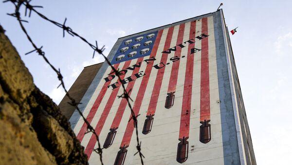 Graffiti przedstawiające gwiazdy i pasy amerykańskiej flagi w postaci czaszek i rakiet na budynku w centrum Teheranu - Sputnik Polska