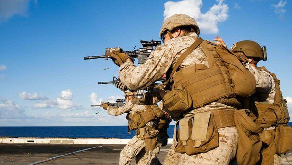 Amerykańscy marines podczas szkolenia na pokładzie doku transportowo-desantowego na otwartym morzu. Zdjęcie archiwalne - Sputnik Polska