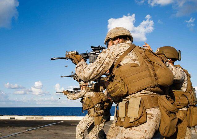 Amerykańscy marines podczas szkolenia na pokładzie doku transportowo-desantowego na otwartym morzu. Zdjęcie archiwalne