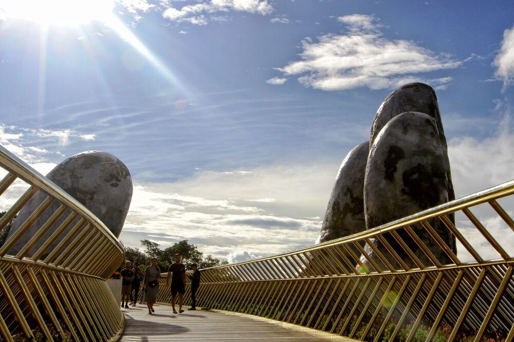 150-metrowy Złoty most Cau Vang w mieście Ba Na Hills, Wietman