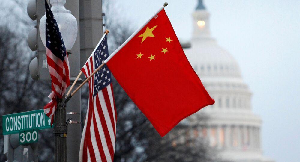 Flagi USA i Chin w centrum Waszyngtonu naprzeciwko Kapitolu. Zdjęcie archiwalne