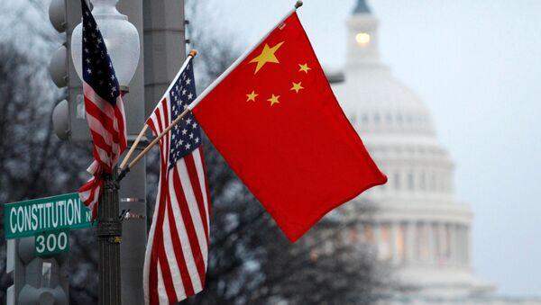 Flagi USA i Chin w centrum Waszyngtonu naprzeciwko Kapitolu. Zdjęcie archiwalne - Sputnik Polska