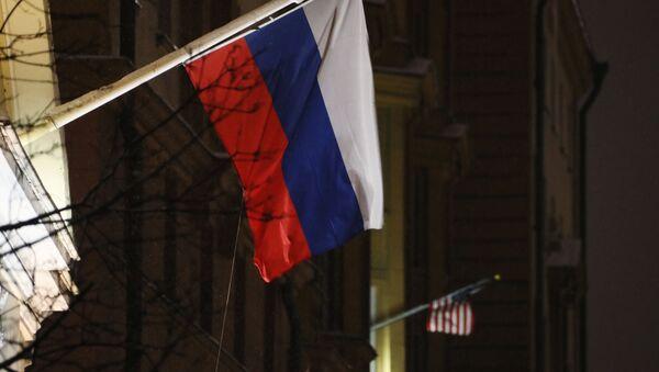 Flagi Rosji i USA na budynku ambasady USA - Sputnik Polska
