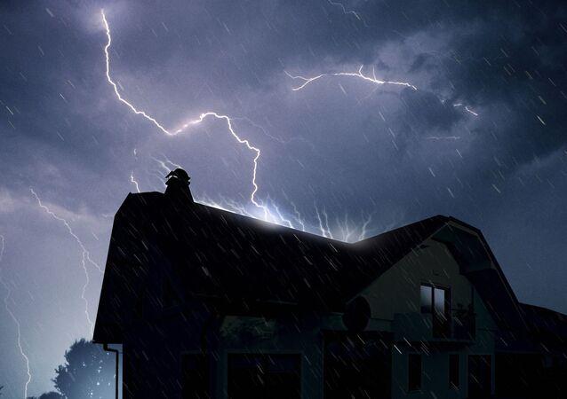 Błyskawica nad domem