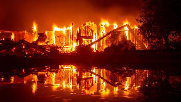 Płonący dom podczas pożaru w Redding, Kalifornia - Sputnik Polska