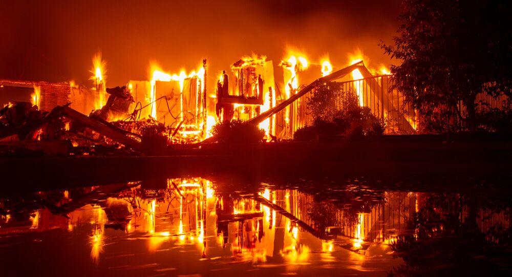 Płonący dom podczas pożaru w Redding, Kalifornia