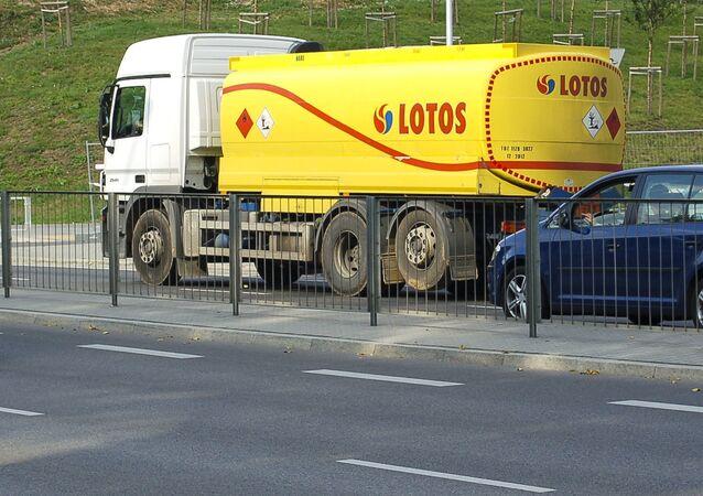 Cysterna z benzyną polskiej firmy Grupa Lotos