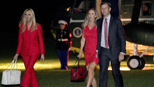 Ivanka Trump i Eric Trump z żoną Larą na trawniku Białego Domu w Waszyngtonie - Sputnik Polska