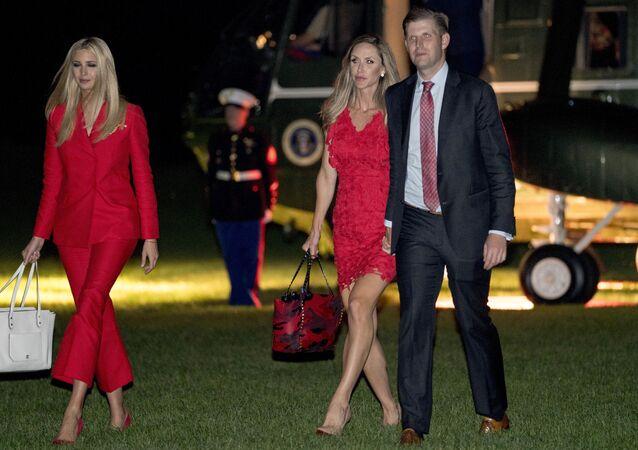 Ivanka Trump i Eric Trump z żoną Larą na trawniku Białego Domu w Waszyngtonie