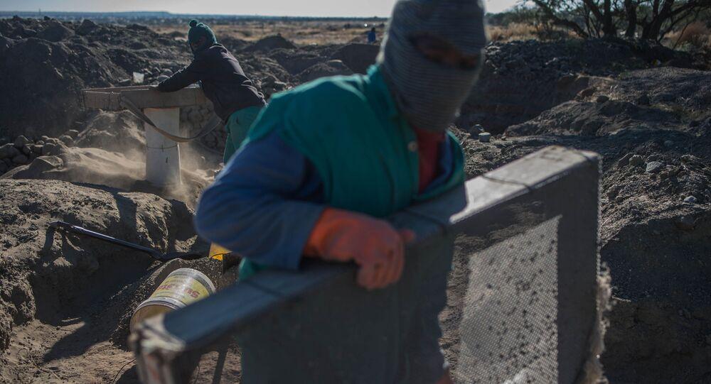 Górnik w czasie poszukiwania minerałów w kopalniach w Kimberley, RPA