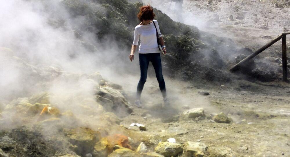 Ekshalacje wulkaniczne w kraterze Solfatara w pobliżu Neapolu