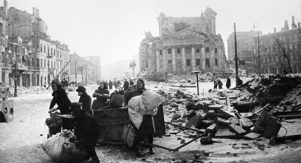 Mieszkańcy Warszawy na ulicach zniszczonego miasta po wyzwoleniu spod niemieckiej okupacji