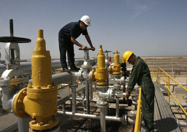 Robotnicy na złożach Azadegan w Iranie