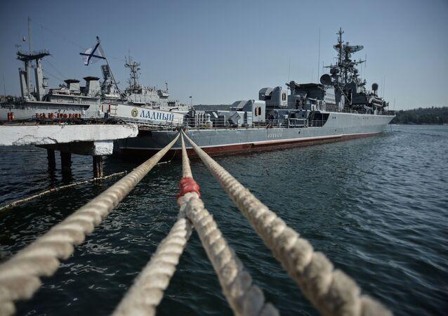 Okręt Ładnyj przed wyprawą na Morze Śródziemne