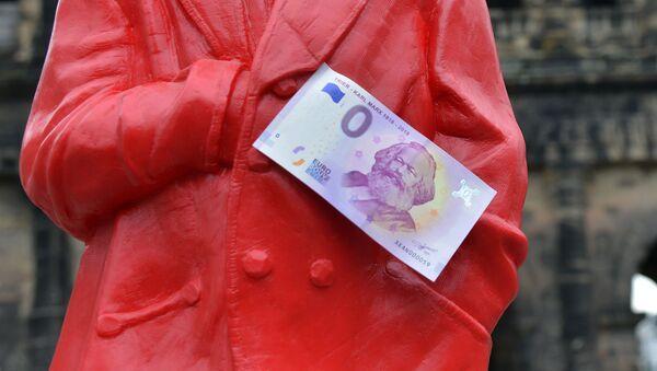 Banknot o nominale zero euro na czerwonej figurce Karola Marksa w Niemczech - Sputnik Polska