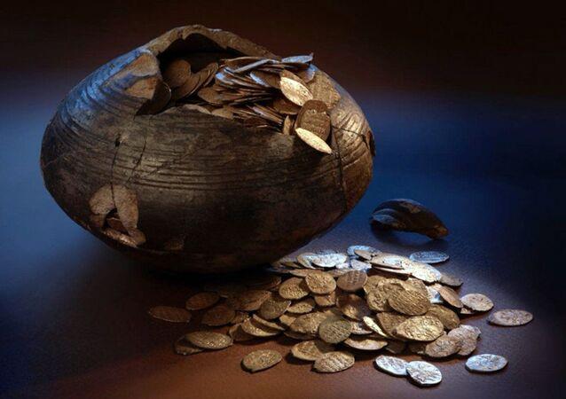 Naczynie z monetami
