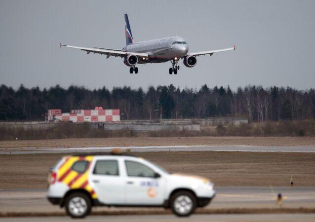 Samolot Airbus A320 Aerofłot lądujący na lotnisku Szeremetewo