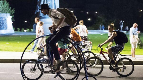 Nocna parada rowerów w Moskwie  - Sputnik Polska