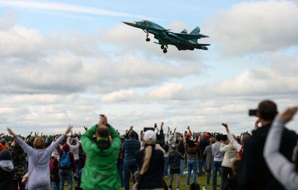 Samolot Su-34 podczas święta Gdzie my - tam zwycięstwo - Sputnik Polska