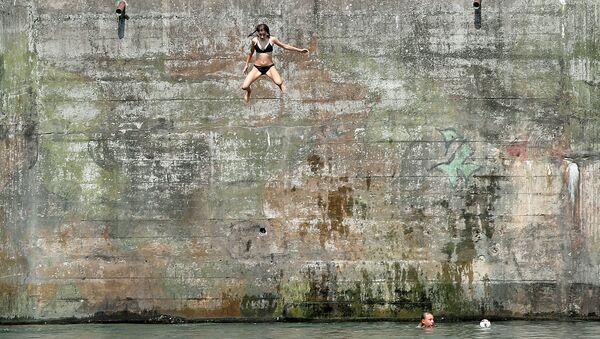 Skok ze skały do rzeki Ren, Szwajcaria - Sputnik Polska
