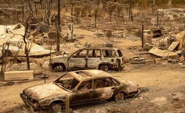 Spalone samochody po pożarze w Kalifornii - Sputnik Polska