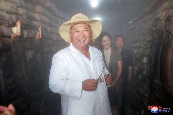Przywódca Korei Północnej Kim Dzong Un podczas wizyty w zakładzie przetwórstwa ryb - Sputnik Polska