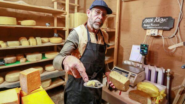 Amerykański farmer Jay Robert Close sprzedaje ser własnej roboty - Sputnik Polska