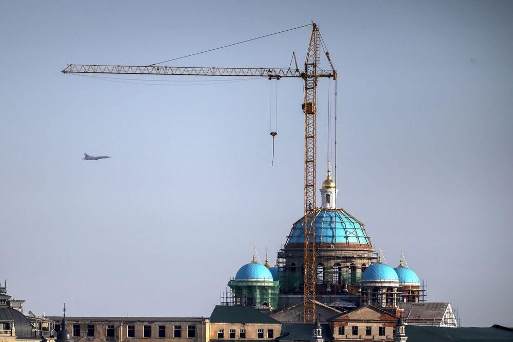 Samolot Tu-22M na niebie nad Kazaniem