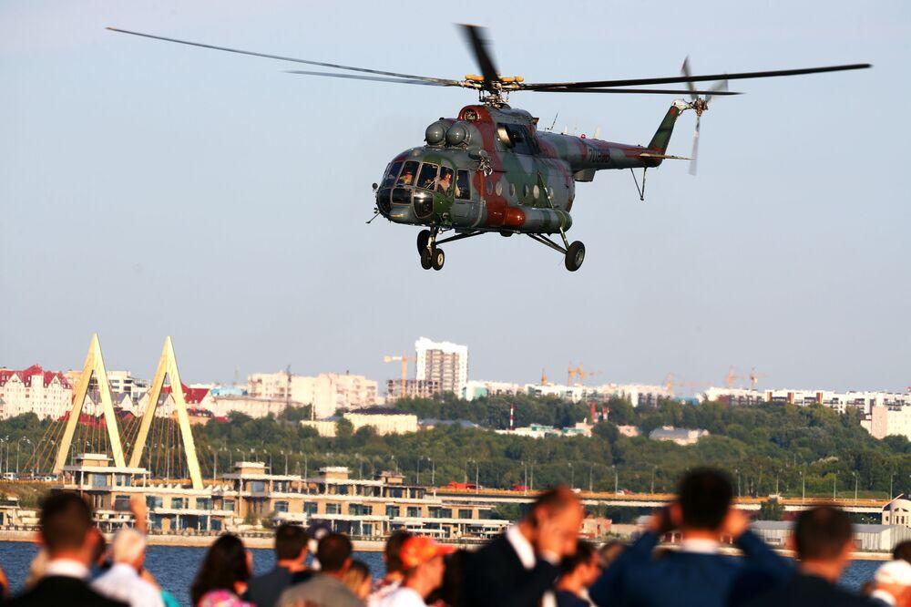 Śmigłowiec MI-8 na niebie nad Kazaniem