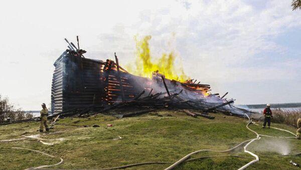 Ogień zniszczył  XVIII-wieczną Cerkiew Zaśnięcia Bogurodzicy w Karelii - Sputnik Polska