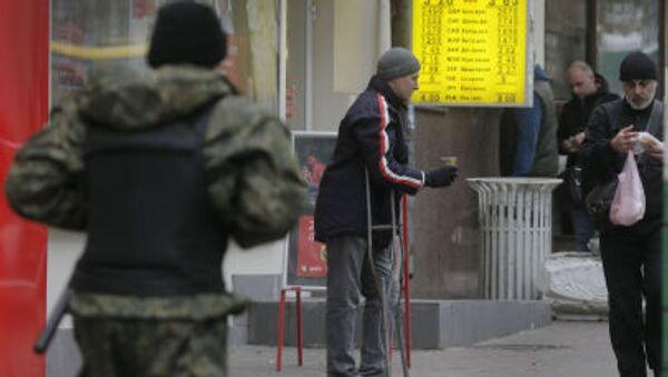 Mężczyzna żebrzący na ulicy Kijowa - Sputnik Polska