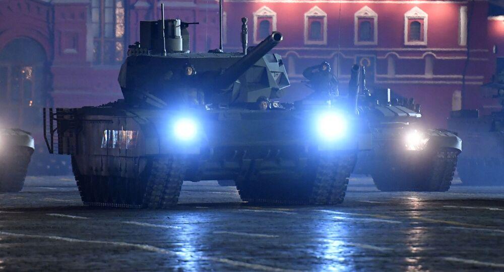 """Czołgi T-14 """"Armata"""" podczas próby defilady wojskowej na Placu Czerwonym. Zdjęcie archiwalne"""
