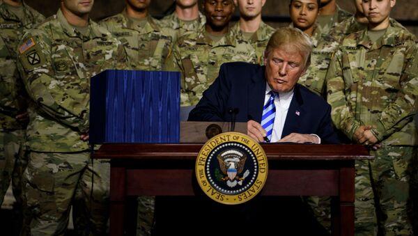 Amerykański prezydent Donald Trump podpisuje budżet obronny w bazie wojskowej Fort Drum w stanie Nowy Jork - Sputnik Polska