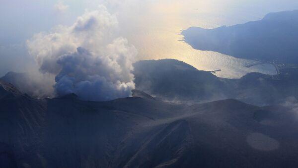 Wybuch wulkanu Shindake na wyspie Kuchinoerabu na południu Japonii - Sputnik Polska