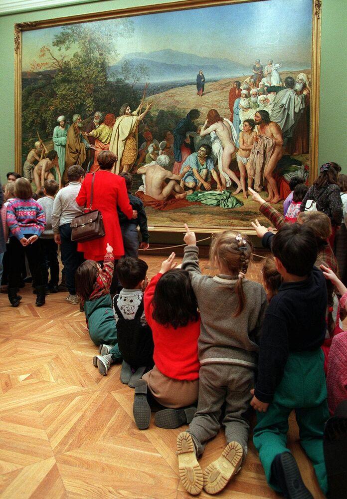 Dzieci przed obrazem Chrystus ukazuje się ludowi w Państwowej Galerii Tretiakowskiej w Moskwie