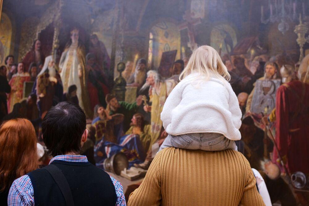 Odwiedzający Państwową Galerię Tretiakowską w Moskwie przy obrazie Wasilija Pierowa