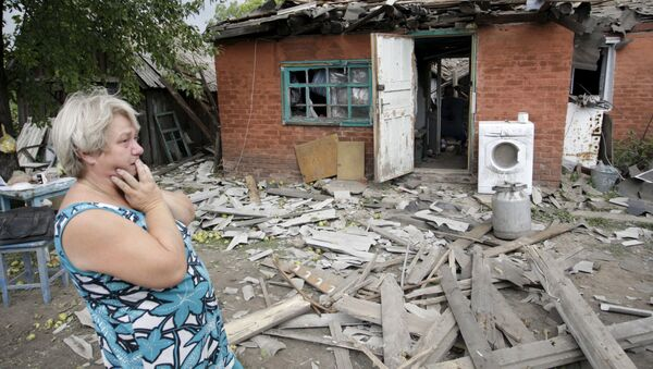 Kobieta przy swoim zburzonym domu w Doniecku - Sputnik Polska