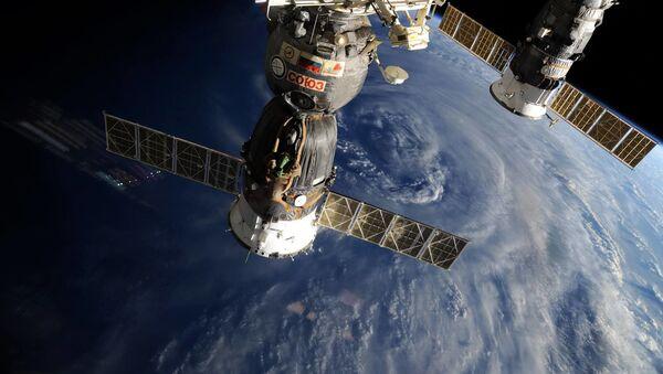 Rosyjskie statki kosmiczne Sojuz i Progress na tle Ziemi - Sputnik Polska