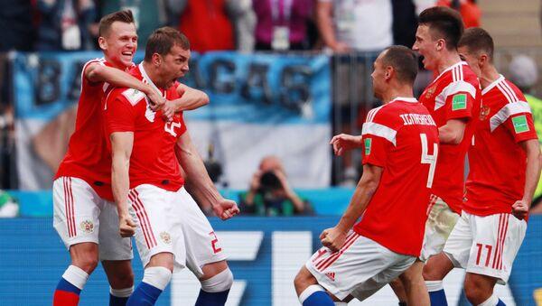 Gracze reprezentacji Rosji cieszą się ze strzelonego gola w meczu fazy grupowej z udziałem reprezentacji Rosji i Arabii Saudyjskiej - Sputnik Polska